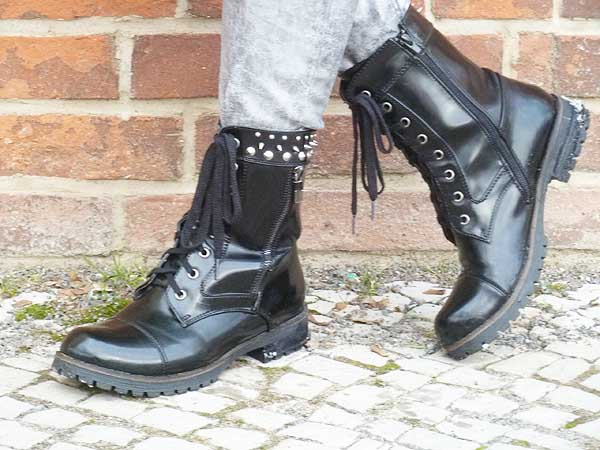Punk Chic Styling mit Metallic Trend Boots DocMartens Style