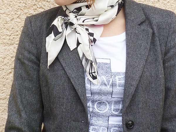 Punk Chic Styling mit Metallic Trend Detail Blazer und Seidentuch